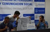 El representante de la Agrupación Estudiantil Rodolfo Walsh, entregándole la remera oficial de la agrupación