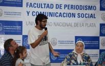 El estudiante de la Maestría que pasó al frente para entregarle un libro que evidencia las luchas sociales y políticas en Brasil